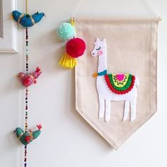 Découvrez la douceur des créations en feutrine de @littleoliveandco ! Comment ne pas craquer pour cet alpaga? Discover @littleoliveandco's lovely felt creations!Who could resist this alpaca? #feutrine #felt #diy #alpaca #cute #weloveit