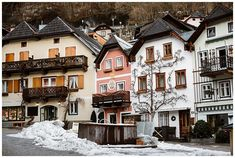 View of the market in Hallstatt in winter. Austrian Village, Car Station, Cloudy Weather, Elopement Ideas, Before Sunrise, Stay The Night, Mountain View, World Heritage Sites, Photo Sessions