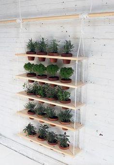 DIY: een gaaf hangend kruidenrek voor in de tuin Roomed | roomed.nl