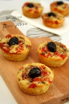"""On continue la semaine spéciale """"apéritif dinatoire"""" avec ces petits muffins salés façon pizza! Ces muffins aux faux aires de pizza sont composés des ingrédients de base d'une pizza classique: tomate, jambon et fromage, sans oublier l'origan et l'olive..."""