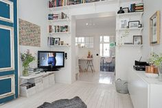 Zdjęcie: półki na ścianie z drzwiami