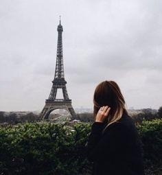 Опять в Париже листопад, Опять кружит над Сеной осень... Каштаны зрелые летят, И шепот пальм, и запах розы.  Я возвращаюсь вновь и вновь К местам, где нас с тобой венчала, Столкнув, осенняя любовь, Танцуя в золоте курчавом.  Мост Сен-Луи и  Нотр-Дам Горят в огне волшебных красок... Площадь Дофин, сквер Вер-Галан В очарованьи старых сказок.  Все, как и в прошлом октябре, Все шаг за шагом повторяя, Иду к влюбленному тебе Туда, где ждешь меня ты, знаю.