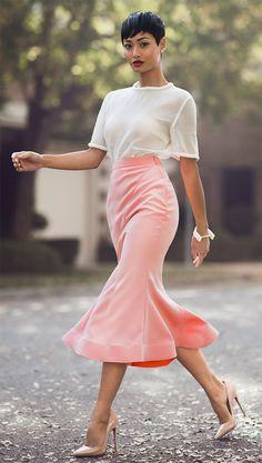 Street style look com saia rosa e camiseta.