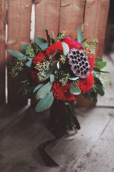 Bouquet di fiori rossi e foglie verdi. | www.princesswedding.it | Photo by Paola Colleoni