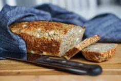 Proteinrikt brød med chiafrø uten gjær, mel og heving! Banana Bread, Nom Nom, French Toast, Healthy Recipes, Healthy Food, Health Fitness, Food And Drink, Lunch, Breakfast