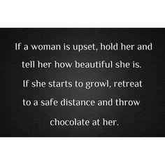Si una chica está molesta, sostené su mano y decile lo bella que es. Si empieza a gruñir, retirate a una distancia prudente y tirale chocolates <3