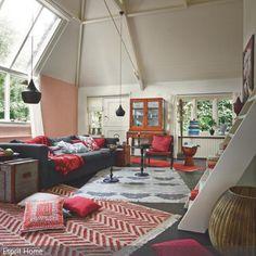 Die Teppiche mit verschiedenen Mustern und Farben helfen, das große Wohnzimmer in einzelne Bereiche einzuteilen und so übersichtlich zu gestalten. Mit einer großen …