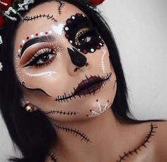 Are you looking for inspiration for your Halloween make-up? Check out the post right here for cool Halloween makeup looks. Girl Halloween Makeup, Fröhliches Halloween, Sugar Skull Halloween Makeup, Facepaint Halloween, Candy Skull Costume, All Black Halloween Costume, Halloween Costume Makeup, Sugar Skull Halloween Costume, Catrina Costume