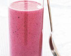 Nem opskrift på brombærsmoothie med surmælk, der er mavevenlig og rig på fiber.