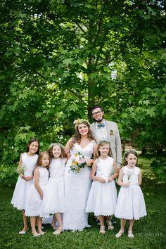 Uma graça as daminhas com vestidos curtos e flores nos cabelos em casamentos no campo!