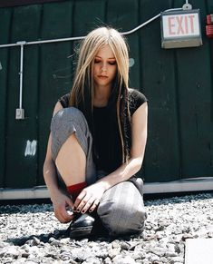 Avril lavigne shows us how cool it is to wear a sleeveless shirt with a tie! Yup, I miss the look of old Avril. Avril Lavigne Style, Avril Lavigne 2004, Daniel Radcliffe, Jennifer Lopez, Silver White Hair, Cool Blonde Hair, Cute Poses, Under My Skin, Skater Girls