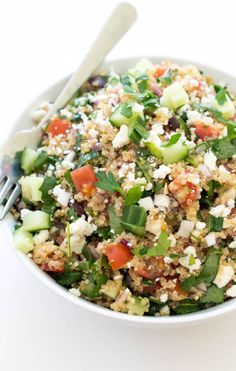 Quinoa is good for you, delicious, and so easy to mix with many ingredients. There are so many delicious quinoa salads to be made in the world! Kale Quinoa Salad, Quinoa Salat, Quinoa Salad Recipes, Vegetarian Recipes, Cooking Recipes, Healthy Recipes, Quinoa Recipe, Healthy Meals, Spinach Salad