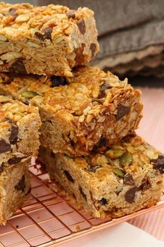 These really are the very best homemade muesli bars. soft & chewy with just the right amount of crunch! Healthy Muesli Bar Recipe, Homemade Muesli Bars, Cereal Recipes, Baking Recipes, Snack Recipes, Dessert Recipes, Desserts, Lunch Box Recipes, Bar Recipes