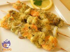 Spiedini di mare, un piatto di pesce facile da realizzare e molto comodo da mangiare, anche per chi non è pratico col pesce. Coti al forno e croccanti.