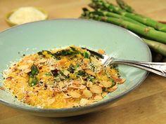 Saffransrisotto med sparris, rostad mandel och riven parmesan. Klart på 30 minuter! Med vegetabilisk buljong blir rätten vegetarisk.