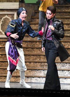 幅の広い芝居で魅せた新トップ、紅ゆずる(左)と悪役を熱演した男役スターの礼真琴(右)
