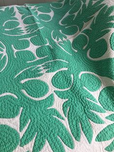Gorgeous vintage hand quilted Hawaiian appliqué quilt in green Quilt Stitching, Applique Quilts, Hand Stitching, Hawaiian Quilt Patterns, Hawaiian Quilts, The Color Of Money, Vintage Hawaiian, Hand Quilting, Tapestry