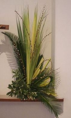 Palm Sunday arrangement - palms and pussy willows Art Floral, Deco Floral, Ikebana, Alter Flowers, Church Flowers, Altar Design, Church Design, Easter Flower Arrangements, Floral Arrangements