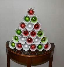 Basos desechables y bolitas de adornos navideños