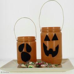 Recoge caramelos la noche de Halloween y transpórtalos con este tarro de caramelos de Halloween. Esta manualidad es ideal para realizarla en familia con un poco de pintura y de alambre.