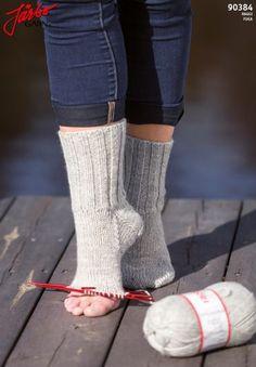 Swedish, but good tutorial - Easy Yarn Crafts Easy Yarn Crafts, Crochet Wrist Warmers, Knitting Patterns, Crochet Patterns, Budget Planer, Good Tutorials, Textiles, Knitting Socks, Knit Socks