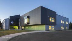 L'agrandissement de l'école du Joli-Bois a permis de redéfinir l'identité et l'image de cet établissement scolaire et, du même coup, graver dans l'imaginaire de l'enfant un lieu de mémoire plus attrayant et stimulant. L'intégration au bâtiment existant (bâtiment industriel de type «Honco») s'est fait par un volume simple dont le positionnement a permis d'isoler les …