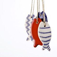 Petit poisson en céramique émaillée à rayures bleues, à accrocher, à offrir...