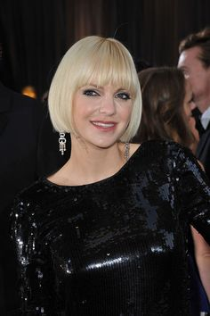 Blunt bangs + blunt bob always looks chic Blunt Haircut, Blunt Bangs, Blunt Bob, Hot Haircuts, Anna Faris, Looks Chic, Short Cuts, Layers, Hair Cuts