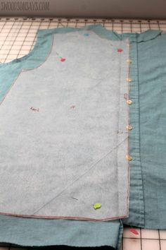 If you love sewing, then chances are you have a few fabric scraps left over. You aren't going to always have the perfect amount of fabric for a project, after all. If you've often wondered what to do with all those loose fabric scraps, we've … Sewing Hacks, Sewing Tutorials, Sewing Tips, Sewing Ideas, Fat Quarter Projects, Diy Upcycling, Textiles, Leftover Fabric, Love Sewing