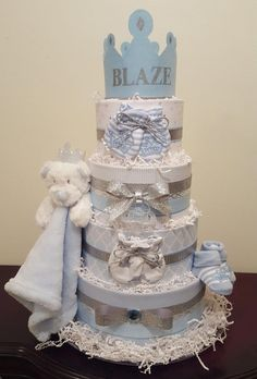 unique diaper cakes -> Don't go overboard on decorating tables that guests is going to be sitting at during your baby shower party.Flowers might be distracting for the guests most of the time. Baby Shower Gifts For Boys, Baby Boy Gifts, Baby Boy Shower, Baby Showers, Diaper Cake Boy, Baby Boy Cakes, Nappy Cakes, Diaper Tricycle, Baby Shower Diapers