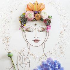 Брук и Вики — творческий семейный дуэт дочери и мамы, черпающий бесконечное вдохновение у природы. Мастерицы занимаются росписью по ткани, делают ожерелья, подарочные упаковки, шьют гобеленовые наволочки для подушек. Но, думаю, большинство поклонников художницы привлекли флористическими портретами, которые создаются из цветов, лепестков, листьев, веточек, почек, стебельков, семян, шишек, собранных во время прогулок.…