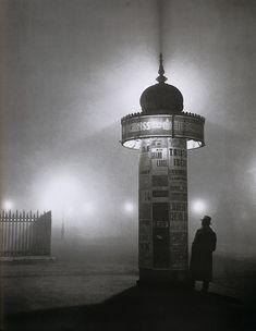 Colonne Morris Avenue de l'Observatoire, Paris (1933). Photo de Brassaï, pseudonyme de Gyula Halász (1899-1984) photographe français d'origine hongroise, également dessinateur, peintre, sculpteur et écrivain.