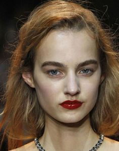 El labial rojo nunca pasa de moda. Esta temporada nos propone un acabado charol para obtener unos labios brillantes.  Foto: Nina Ricci.