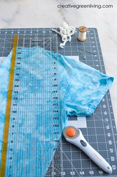 How to make your own DIY reusable shopping bags from t-shirts New Crafts, Crafts For Teens, Simple Crafts, Diy Tank, Diy Shirt, Easy Craft Projects, Sewing Projects, Craft Ideas, Quilting Rulers