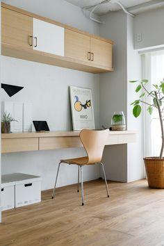 リビングの一角に設けた作業スペース。「娘の机として使っています。欲しかったセブンチェアを買ったのに座ると娘に怒られます(笑)」と稲田さん。 Plan Studio, Clem, Study Space, Bons Plans, Renting A House, Office Desk, Corner Desk, Gallery Wall, Interior Design