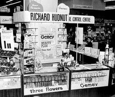 Richard Hudnut - Stand 'Gemey' et 'The Three Flowers', dans un Grand Magasin en Australie - 1953 Shop House Plans, Shop Plans, Vintage Makeup, Vintage Beauty, Aesop Skincare, Models Needed, Perfume Store, Cold Cream, New York