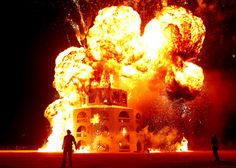 過酷な大規模イベント「バーニング・マン」    炎に包まれた「ザ・マン」 / バーニング・マン