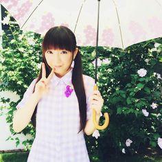 傘と洋服に付けたブローチで葡萄感を出しています! 傘を持っていますが、すごく天気が良くて眩しかったです(笑)