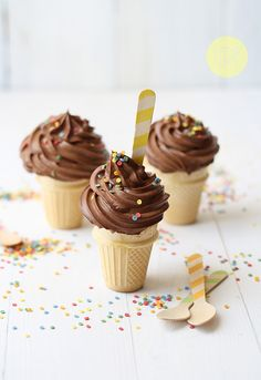 Chocolate ice cream cupcakes I saw this on tv months ago, I'm excited to try these next time i get the BBQ out. I still don't get how the cones don't burn, and I'm looking forward to playing with flavours. Ice Cream Cupcakes, Ice Cream Party, Yummy Cupcakes, Cupcake Cones, Cupcake Wars, Delicious Desserts, Yummy Food, Cupcake Collection, Sorbets