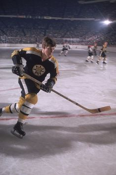 Great Hockey Photos You've Just Seen for the First Time! Hockey Shot, Ice Hockey, Hockey Pictures, Sports Pictures, Hockey Games, Hockey Drills, Flyers Hockey, Bobby Orr, Boston Bruins Hockey