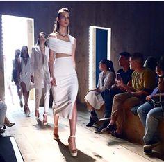 A Animale deu a largada para a temporada de verão 2016 da SPFW! Na passarela não faltou elegância. O branco dominou a coleção que apareceu em vestidos minis e sexies, pantalonas, tops, croppeds e coletes longos! O estilista Vitorino Campos aposta em modelagens vazadas para o verão 2016 da Animale!