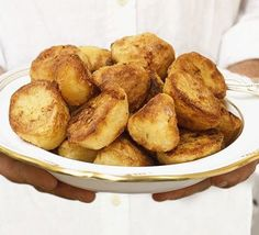 A foolproof recipe for best-ever roasties! Perfect roast potatoes Sean ORourke lfsorourke xmas dinner A foolproof recipe for best-ever roasties! Sean ORourke A foolproof recipe for best-ever roasties! Perfect Roast Potatoes, Steak Dishes, Beef Fillet, Bbc Good Food Recipes, Yummy Recipes, Recipies, Dinner Recipes, Beef Wellington, Roasted Potatoes