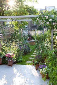 Un jardin étroit aménagé comme un cocon en pleine ville