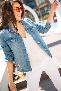 Bahar kombini, beyaz jean ve denim ceket..