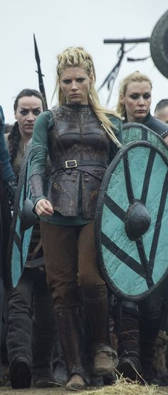 Who was Lagertha, Ragnar Lothbrok's wife, in real life? A detailed look into the own story of the brave shieldmaiden in History Channel's Vikings. Viking Halloween Costume, Vikings Halloween, Female Viking Costume, Larp, Vikings Tv Series, Vikings Tv Show, Ragnar Lothbrok Wives, Lagertha Lothbrok, Lagertha Hair