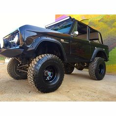 Check this out! I absolutely appreciate this color selection for this lifted ford Classic Bronco, Classic Ford Broncos, Chevy Classic, Ford Classic Cars, Classic Trucks, Old Pickup Trucks, Lifted Ford Trucks, Chevy Trucks, Old Bronco