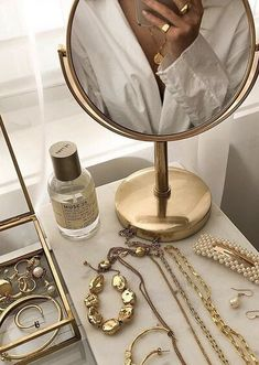 Discover recipes, home ideas, style inspiration and other ideas to try. Cream Aesthetic, Gold Aesthetic, Classy Aesthetic, Aesthetic Room Decor, Aesthetic Vintage, Aesthetic Photo, Aesthetic Pictures, Foto Glamour, Accesorios Casual