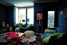Confira este lar londrino com decoração criativa e escura! Clique no link para mais imagens! (Foto: Graham Atkins Hughes / divulgação) #casa #house #decor #decoração #decoration #decoración #halloween #diadasbruxas #livingroom #livingroomdecor #casavogue