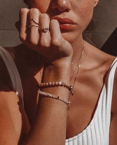 Jewerly Photography Ideas Inspiration Jewels For 2019 Piercings, Shotting Photo, Photographie Portrait Inspiration, Jewelery, Gold Jewelry, Beach Jewelry, Jewellery Photo, Jewelry Bracelets, Couple Bracelets