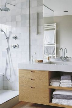 Ideas bonitas para sacarle el máximo partido a un baño pequeño Modern Bathroom, Bathroom Ideas, Double Vanity, New Homes, Rustic, Cabinet, Storage, Diy, Furniture